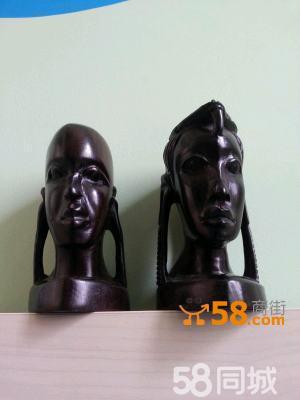 非洲艺术家根据每根黑木材料自身特点
